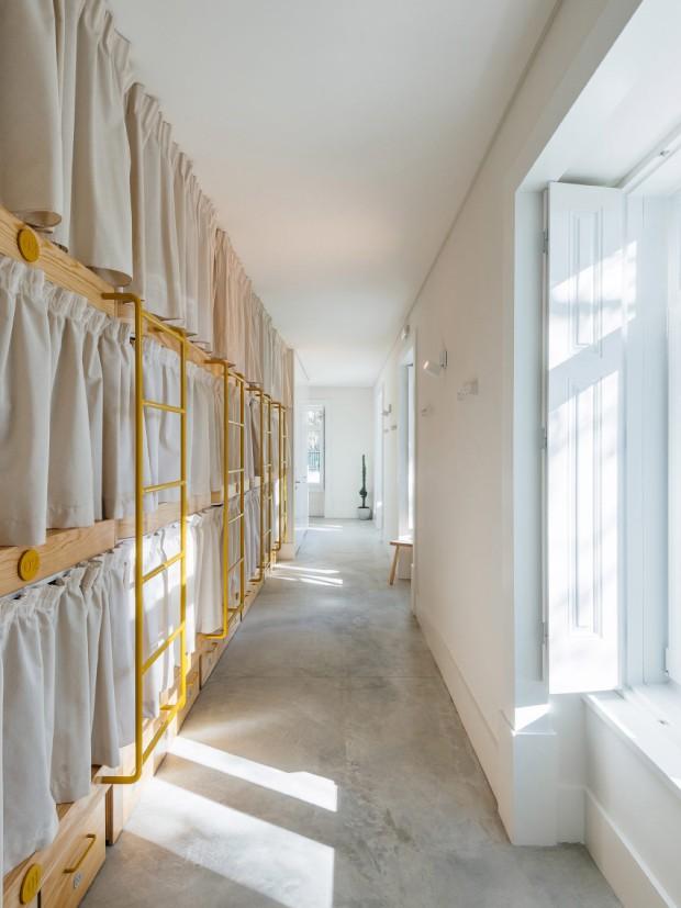 Casarão vira hostel em cidade litorânea de Portugal (Foto: Divulgação / Do Mal o Menos)