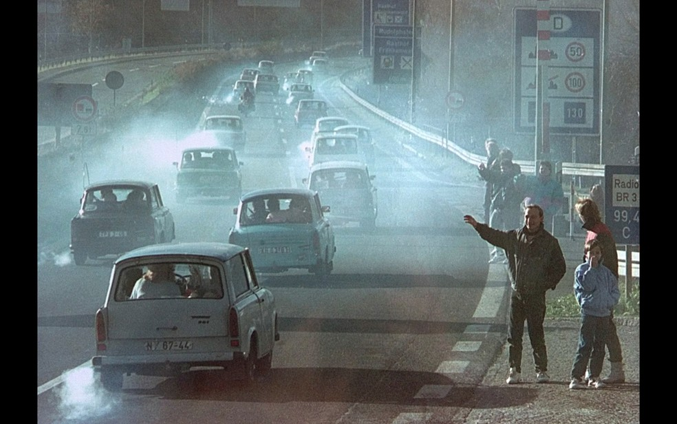 East German Trabant cars pass Germans crossing the border at the former Rudolphstein post in Bavaria after the East German border was announced - Photo: Archive / Reuters