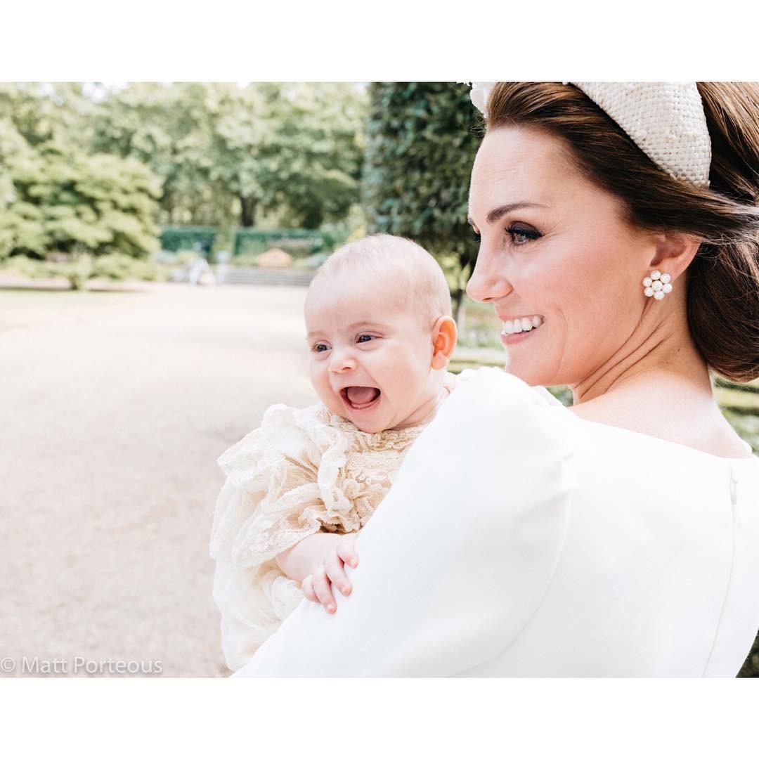 Príncipe Louis no colo da mãe (Foto: Reprodução Instagram)
