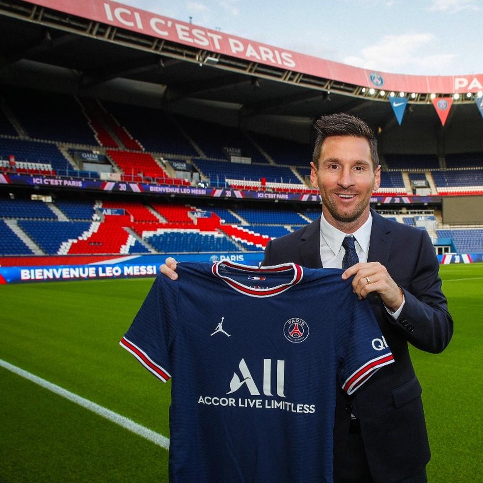 Lionel Messi posa com camisa do Paris Saint-Germain — Foto: Reprodução / Twitter