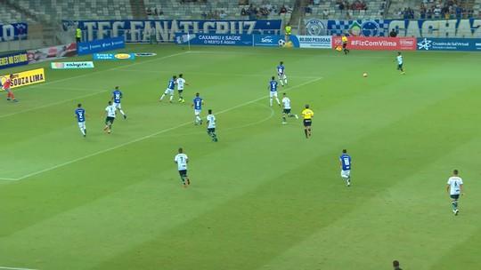 Carlinhos chega com velocidade e chuta, mas a bola passa à esquerda do gol de Fábio