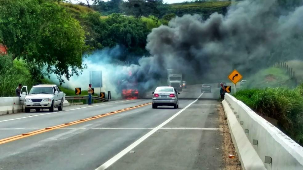 Fumaça atrapalhou visibilidade dos motoristas que passavam no trecho  (Foto: TV Rio Sul/Vinicius Ferreira)