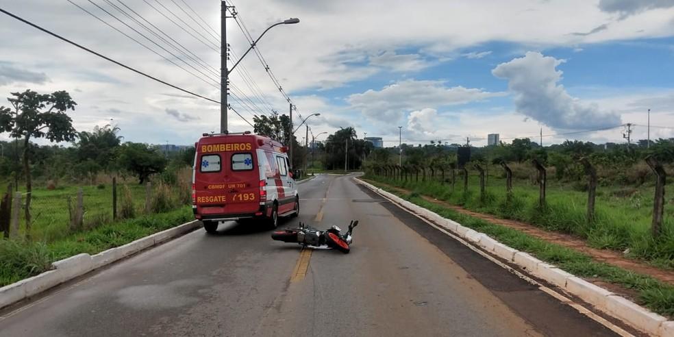 Homem morreu atropelado, após cair de moto, no Setor de Clubes Sul — Foto: CBMDF/ Divulgação