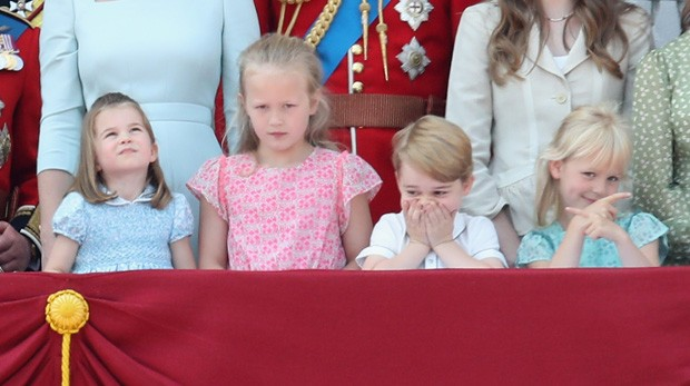 LONDON, ENGLAND - JUNE 09:  Princess Charlotte of Cambridge, Savannah Phillips, Prince George of Cambridge and Isla Phillips watch the flypast on the balcony of Buckingham Palace during Trooping The Colour on June 9, 2018 in London, England. The annual ce (Foto: Getty Images)