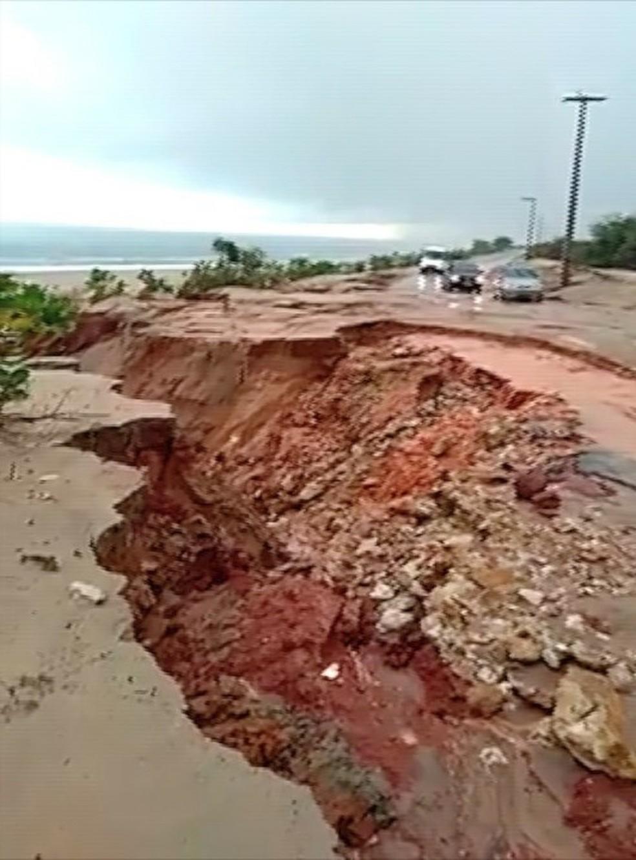 Água da chuva abre cratera na RN-404 entre Areia Branca e Porto do Mangue (Foto: Reprodução/Inter TV Cabugi)