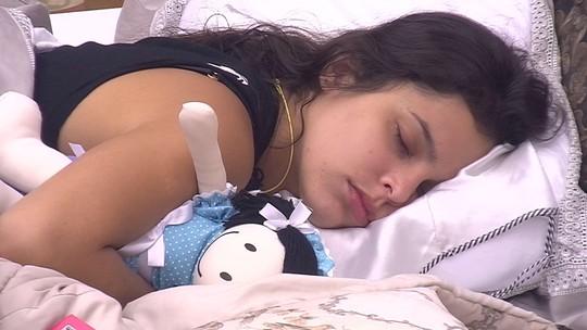 Emilly abraça boneca para dormir