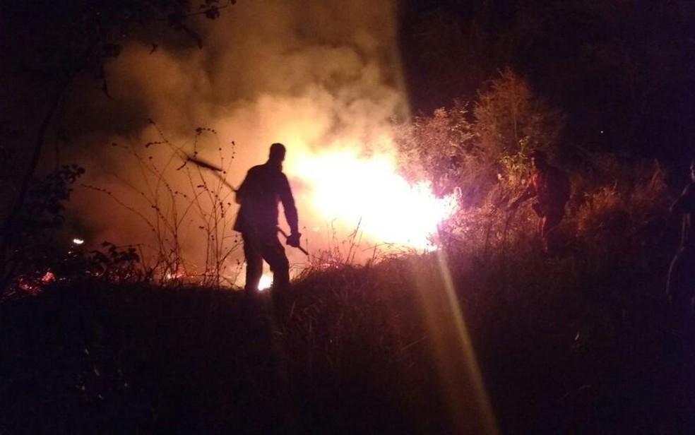 Fogo atingiu bairro Morada da Lua, na noite de sábado (Foto: Divulgação/ Bombeiros)