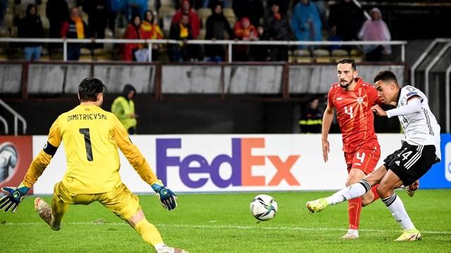 Musiala chuta para marcar o quarto gol da Alemanha na goleada sobre a Macedônia do Norte