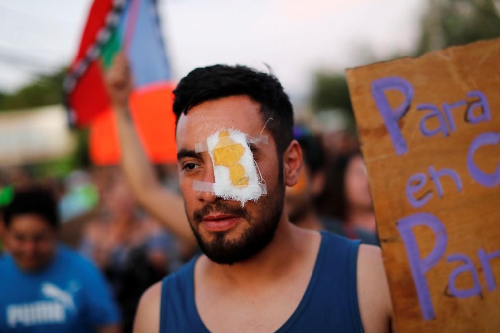 Manifestante usa curativo para olho em protesto para apoiar Gustavo Gatica, jovem cego após ser atingido nos olhos durante manifestação no Chile — Foto: Jorge Silva/Reuters