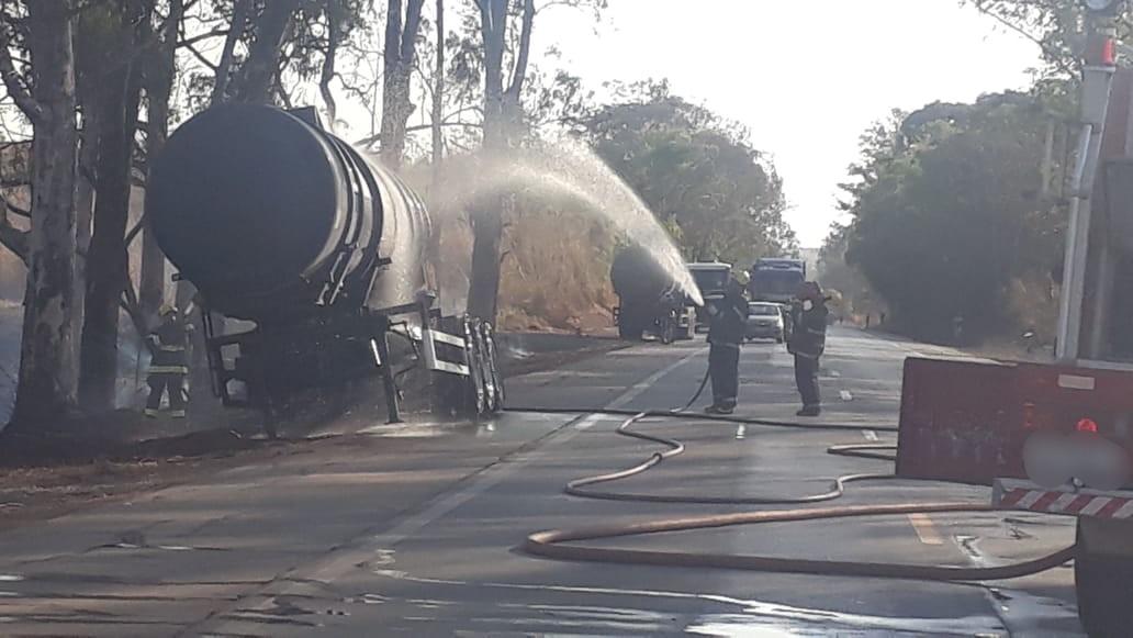 Trânsito na BR-262 é liberado no sistema 'pare e siga' após carreta-tanque pegar fogo próximo a Luz - Notícias - Plantão Diário