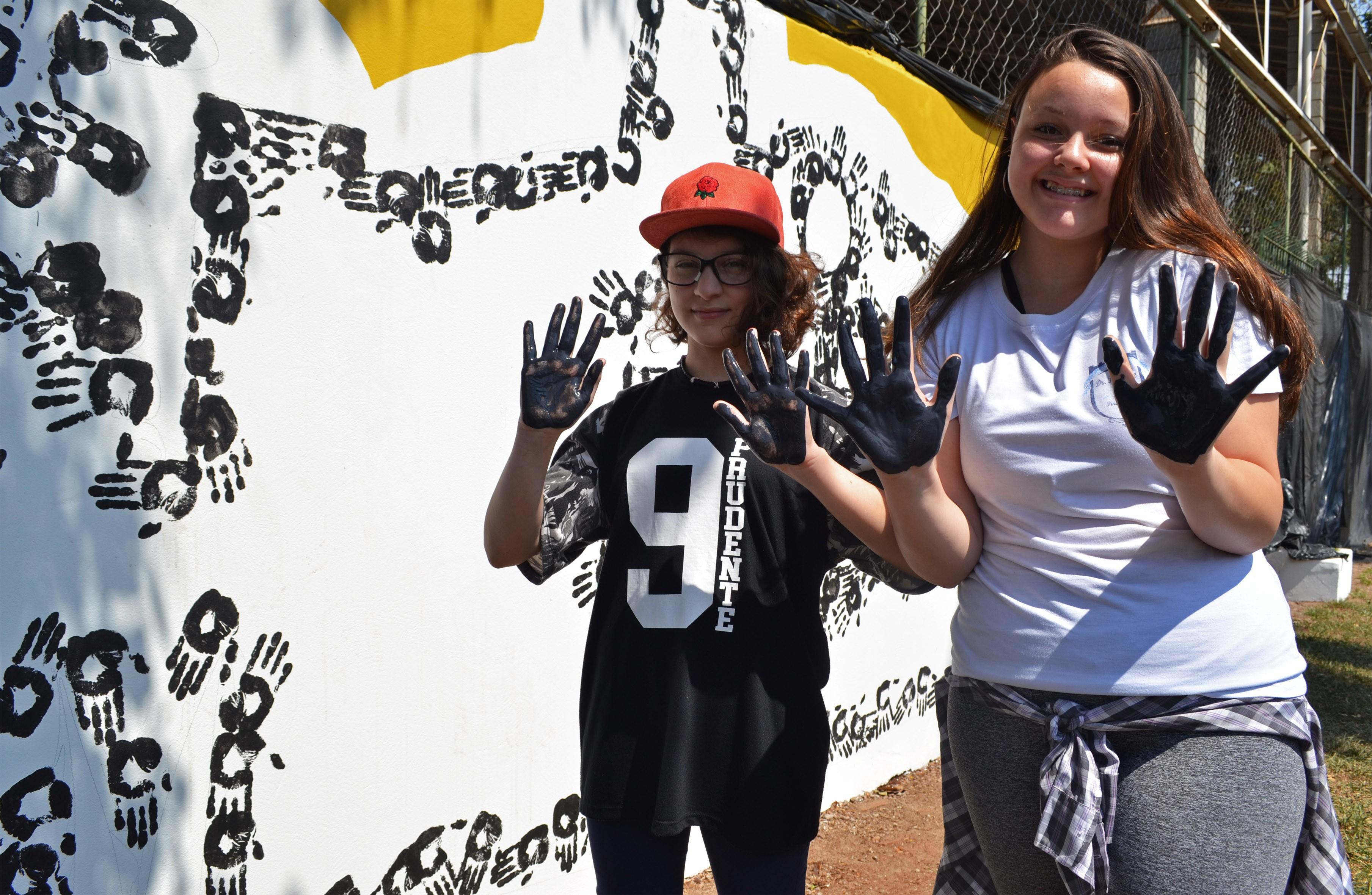 Com mãos e tinta, alunos de Piracicaba transformam muro de escola estadual em arte - Notícias - Plantão Diário