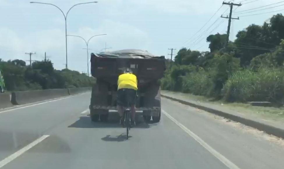 Vídeo mostra ciclista seguindo 'colado' em caminhão na Rodovia do Sol, em Vila Velha, ES