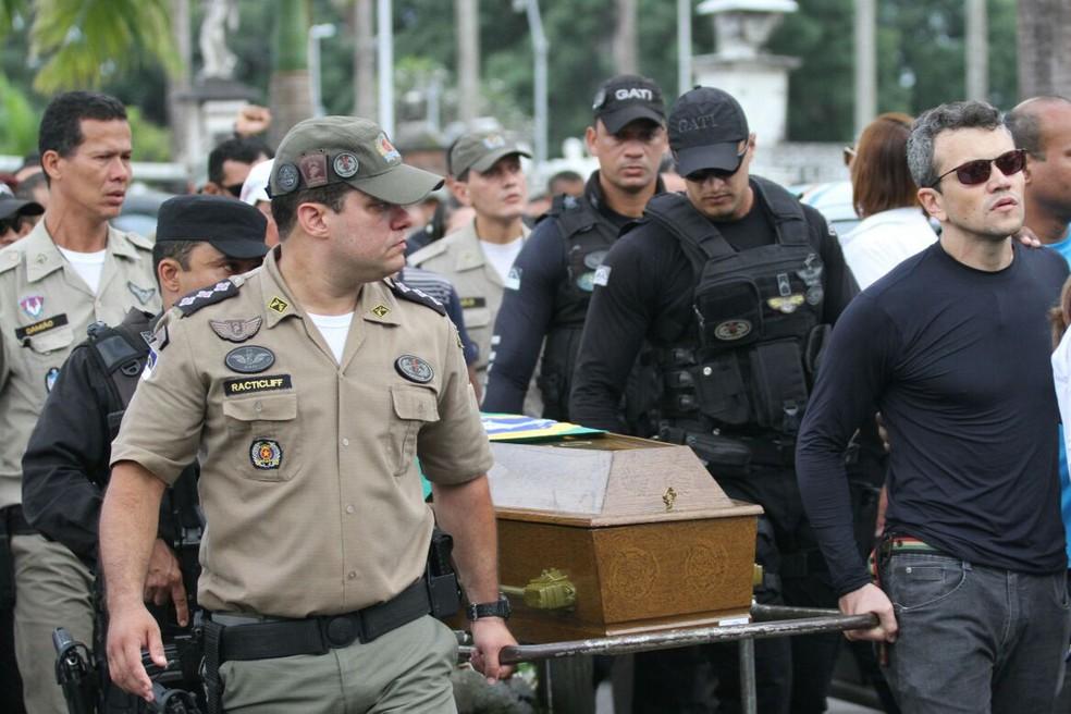 Colegas de profissão carregam caixões dos policiais que morreram após serem atropelados (Foto: Marlon Costa/Pernambuco Press)