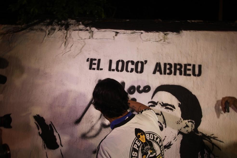 Loco Abreu é o único uruguaio no muro dos ídolos do Botafogo, o que é motivo de muito orgulho para o atacante — Foto: João da Mata