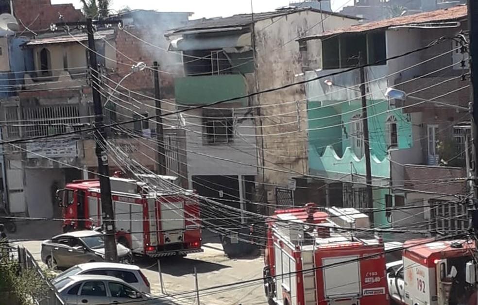 Incêndio atinge casa no bairro de Pau da Lima — Foto: Pedro Santana