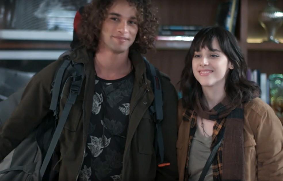 Lica (Manoela Aliperti) chega de viagem com Deco (Pablo Morais) em 'Malhação - Viva a Diferença' — Foto: Globo
