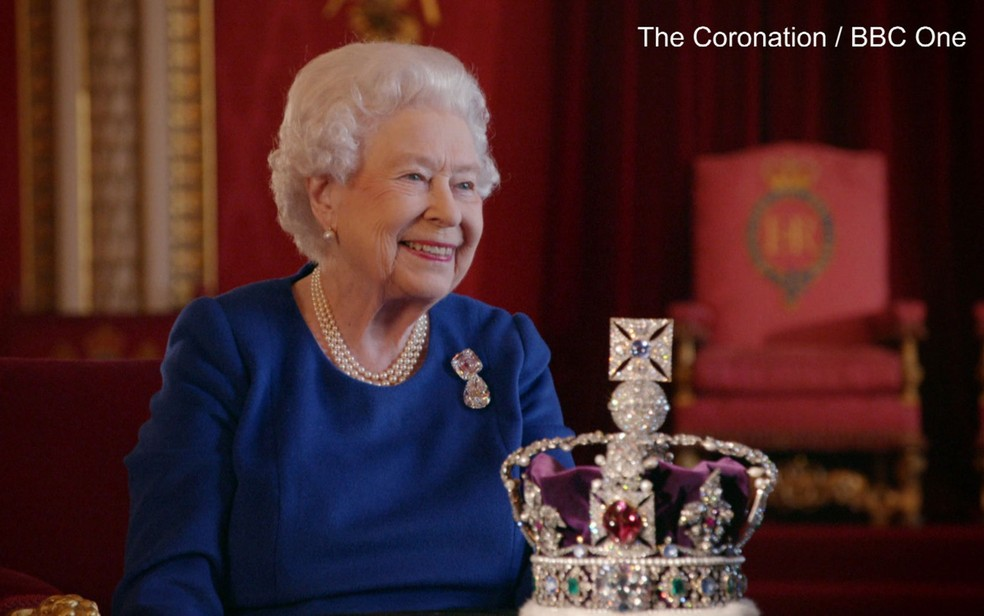 -  Rainha Elizabeth conta como é usar a coroa  Foto: Reprodução/BBC