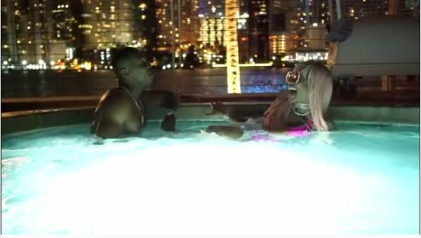 A cantora Nicki Minaj tendo seu pé beijado pelo namorado dentro de uma jacuzzi (Foto: Instagram)