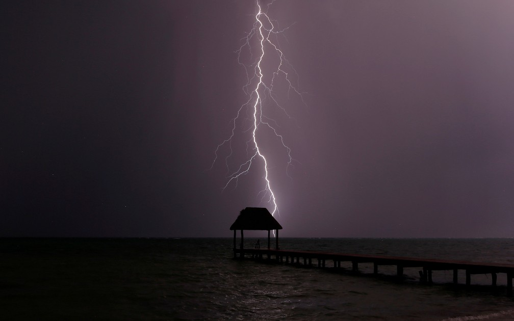 Um raio cai no mar do Caribe durante uma tempestade na baía de Tankah, no sul do México (Foto: Andrew Winning/Reuters)