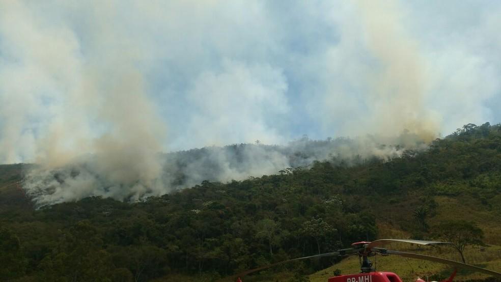 Fogo área de amortecimento do Parque Estadual do Desengano, em Santa Maria Madalena (Foto: 6º GBM/Divulgação)