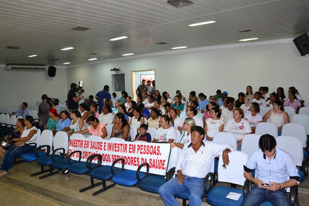 Enfermeiros fizerma protesto durante sessão na Câmara de Pontes e Lacerda (Foto: Câmara de Pontes e Lacerda/Divulgação)