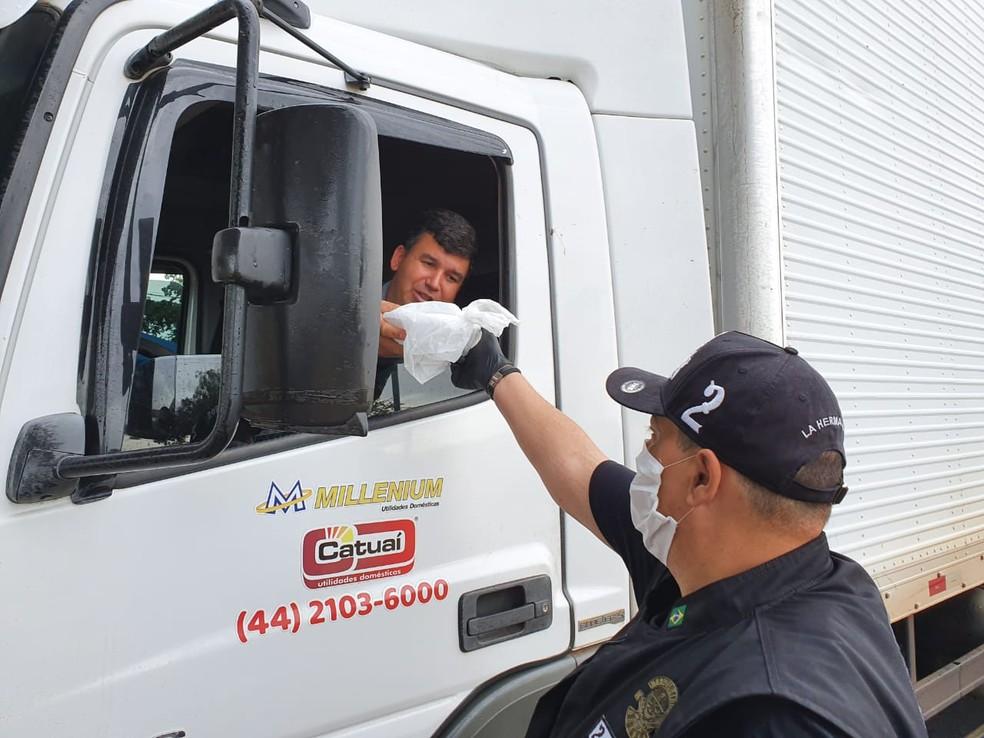 Voluntários de motoclube entregaram marmitas a caminhoneiros, em Mandaguari — Foto: Juliane Guzzoni/RPC Maringá