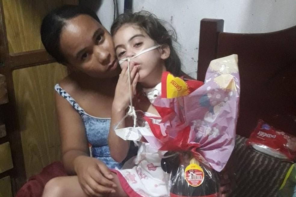Ana Klara, de 7 anos, e a mãe dela, Juliana Oliveira, de 25 anos, vivem uma intensa rotina de cuidados devido à doença da criança (Foto: Juliana Oliveira/Arquivo Pessoal)