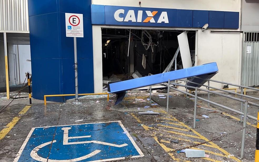 Caixas são explodidos e banco fica destruído na Fazenda Grande do Retiro em Salvador — Foto: Victor Silveira/TV Bahia