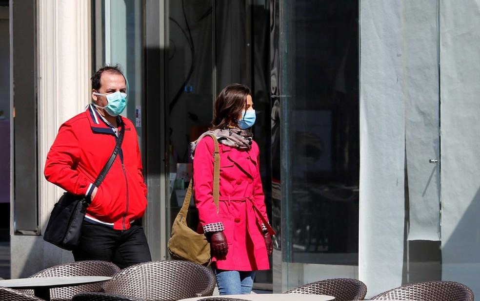Pessoas andando pelas ruas da Áustria: formas de relaxamento da quarentena são temas de debate mundial — Foto: Leonhard Foeger / Reuters