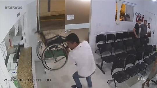 Paciente destrói guichê de recepção de hospital em SC após jogar cadeira de rodas contra vidro várias vezes; VÍDEO