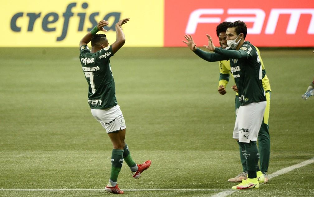 Rony comemora o gol do Palmeiras com Raphael Veiga e Luiz Adriano — Foto: Marcos Ribolli