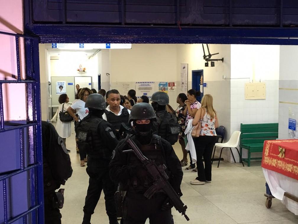 Reféns deixaram o centro de saúde após os suspeitos se entregarem à polícia na Bahia — Foto: Alan Oliveira/ G1
