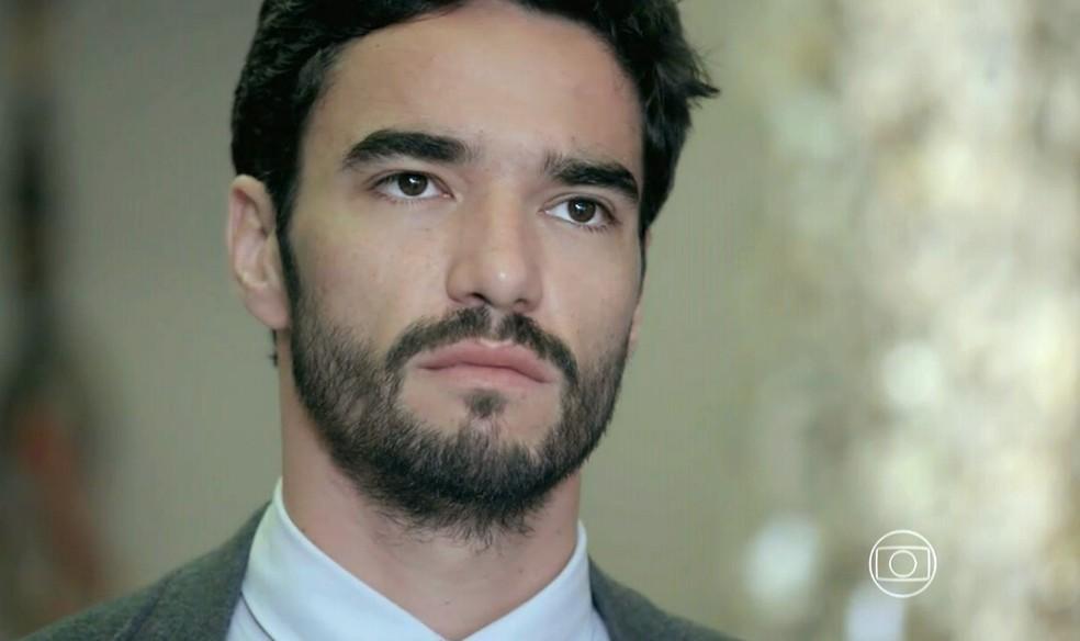 José Pedro (Caio Blat) fica indignado com a chegada de Maurílio (Carmo Dalla Vecchia) à mansão - 'Império' — Foto: Globo