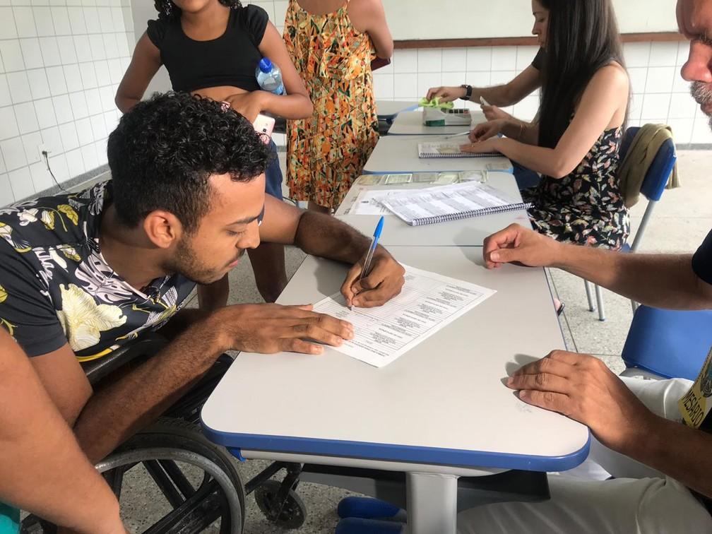 Caio Leonardo votou em Salvador — Foto: Juliana Cavalcante/TV Bahia
