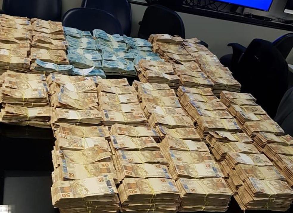 Milhões de reais apreendidos em espécie na operação que prendeu Edmar Santos — Foto: Reprodução