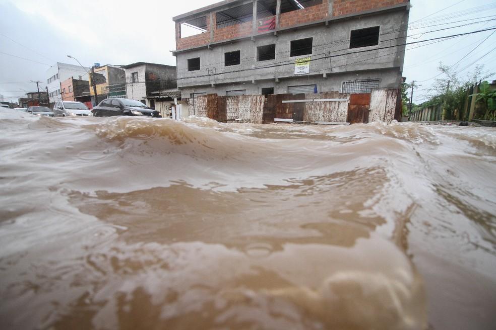 Avenida Cosme Viana, no bairro de Afogados, no Recife, foi tomada pela água na quarta-feira (11) (Foto: Marlon Costa/Pernambuco Press)