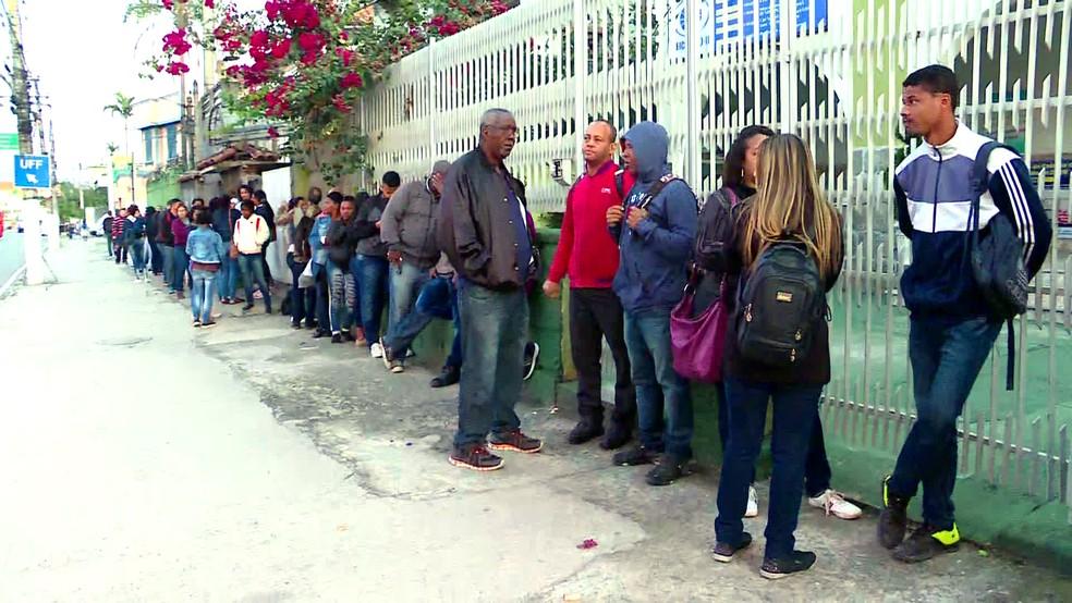 Fila para suposto posto do Sine em Niterói — Foto: Reprodução/TV Globo