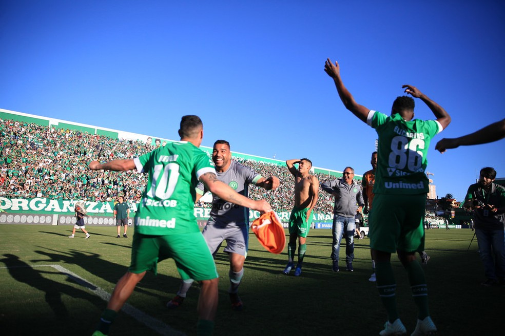 Jogadores fizeram a festa com permanência garantida — Foto: Rafael Bressan/Chapecoense