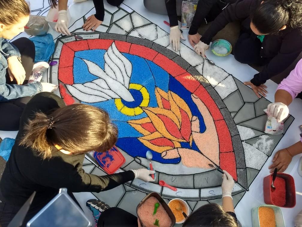 Em Maringá (PR), o tapete de 300 metros foi montado na Catedral da cidade. A montagem começou às 7h30 (Foto: Juliane Guzzoni/RPC)