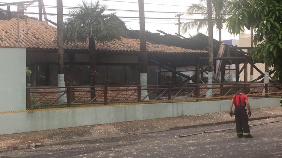 Incêndio destruiu o Buffet Pacheco's em Rio Claro (Foto: Tiago Tomazelli)