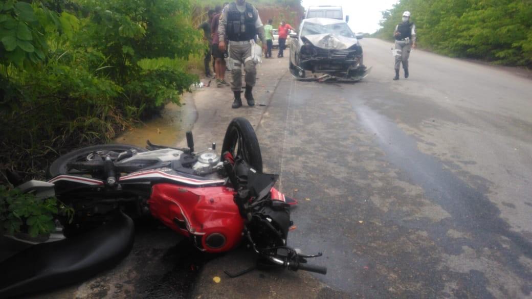 Motociclista fica ferido ao colidir contra carro na rodovia AL-105