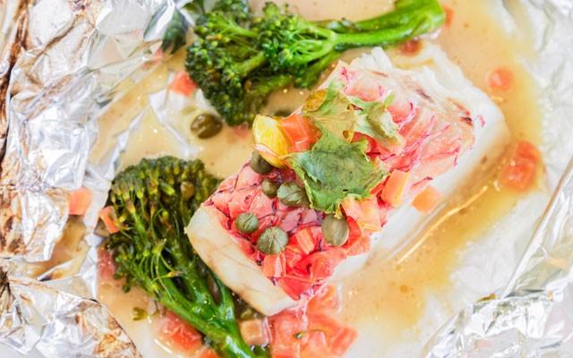 Peixe na trouxinha de papel alumínio com legumes e azeite (Foto: Thinkstock)