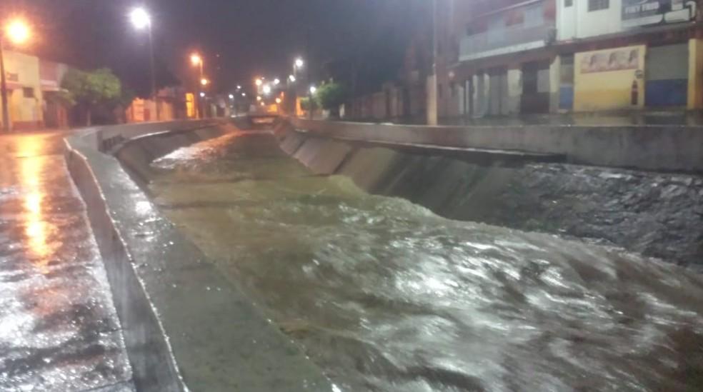 Canal que fica na Avenida Padre Cícero no Crato ficou cheio. — Foto: Agência Diário