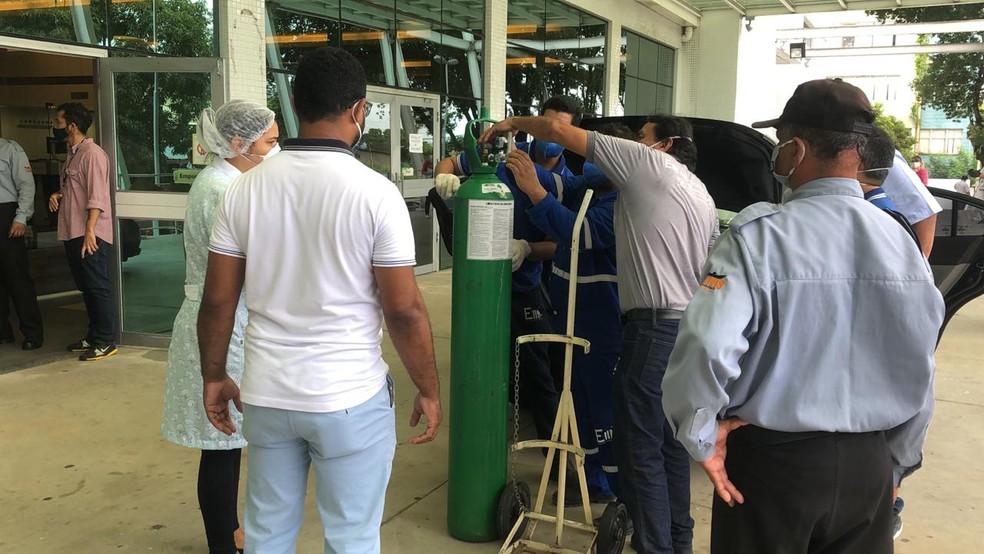 Oxigênio sendo recebido no Hospital Getúlio Vargas em Manaus — Foto: Matheus Castro/G1