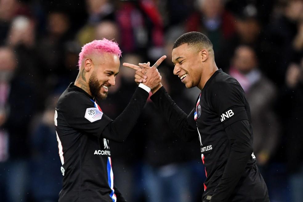 Neymar, com o cabelo rosa, comemora gol de Mbappé contra o Montpellier — Foto: Franck Fife/AFP