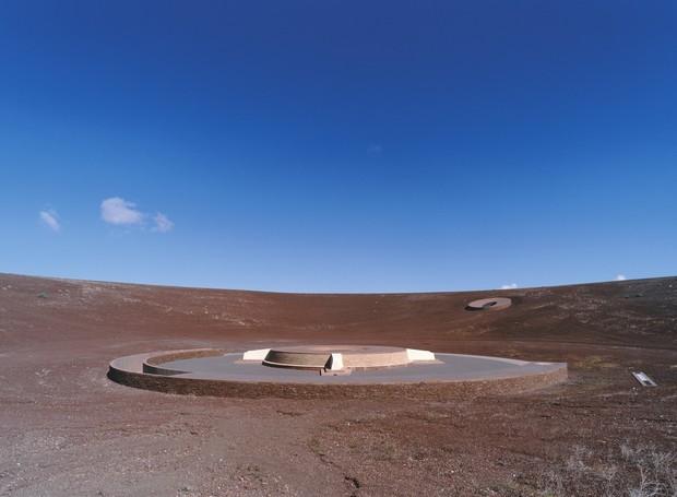 Espalhados em volta do vulcão, entradas de luz e buracos de observação constituem a obra no deserto (Foto: Florian Rolzherr/ James Turrel Studio/Archdaily/ Reprodução)