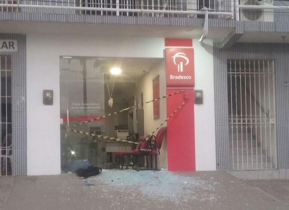 Posto de atendimento bancário foi alvo de explosão em Lagoa do Carro, na Mata Norte de Pernambuco (Foto: Repordução/WhatsApp)