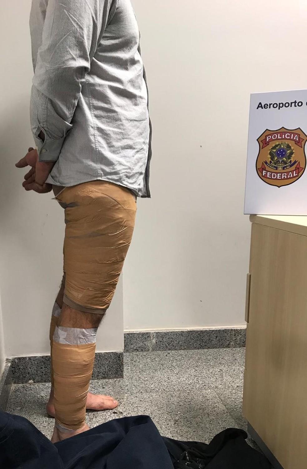 A droga estava presa às pernas do estrangeiro e foi identificada com a ajuda de um 'bodyscan' — Foto: Polícia Federal/Divulgação