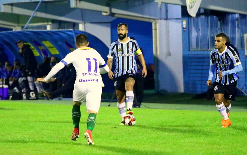Douglas e Alisson em ação no Brasileirão de Aspirantes (Foto: Rodrigo Fatturi/Grêmio)