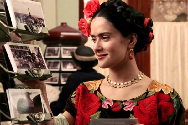 A atriz mexicana Salma Hayek no papel de Frida Kahlo em cena de Frida (2002) (Foto: Reprodução)